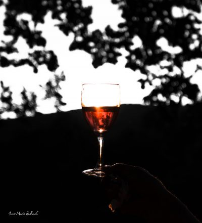Verre de vin rosé au soleil couchant