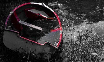 Lac du Laouzas. Barque échouée