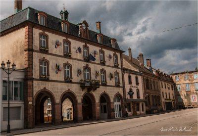Senones en Salm. L'ancien Hôtel de Ville sur ses arcades dénaturées