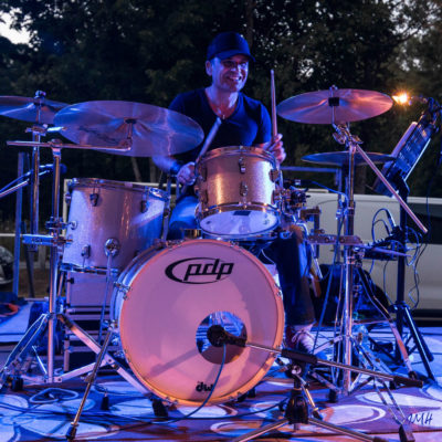 Le batteur du groupe Back West (country)