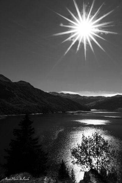 Beaufort lac de Roselend. Effets solaires N&B