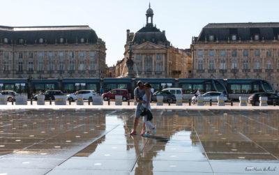 Bordeaux. Baiser amoureux sur le miroir d'eau