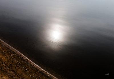 Lignes. Effet solaire sur le rivage du lac du Laouzas