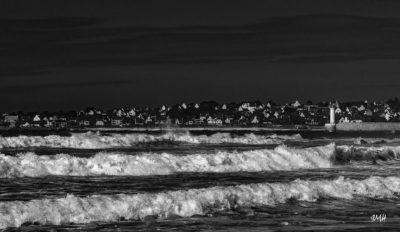 Bretagne en baie d'Audierne. Triple écume face à la jetée d'Audierne Noir & Blanc