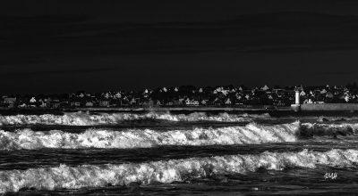 Bretagne en baie d'Audierne. Triple rouleau face à la jetée d'Audierne Noir & Blanc